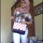 Salah satu konsumen Medogh, modis dengan tas batik